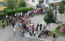 Menschen am Hus-Gedenkstein